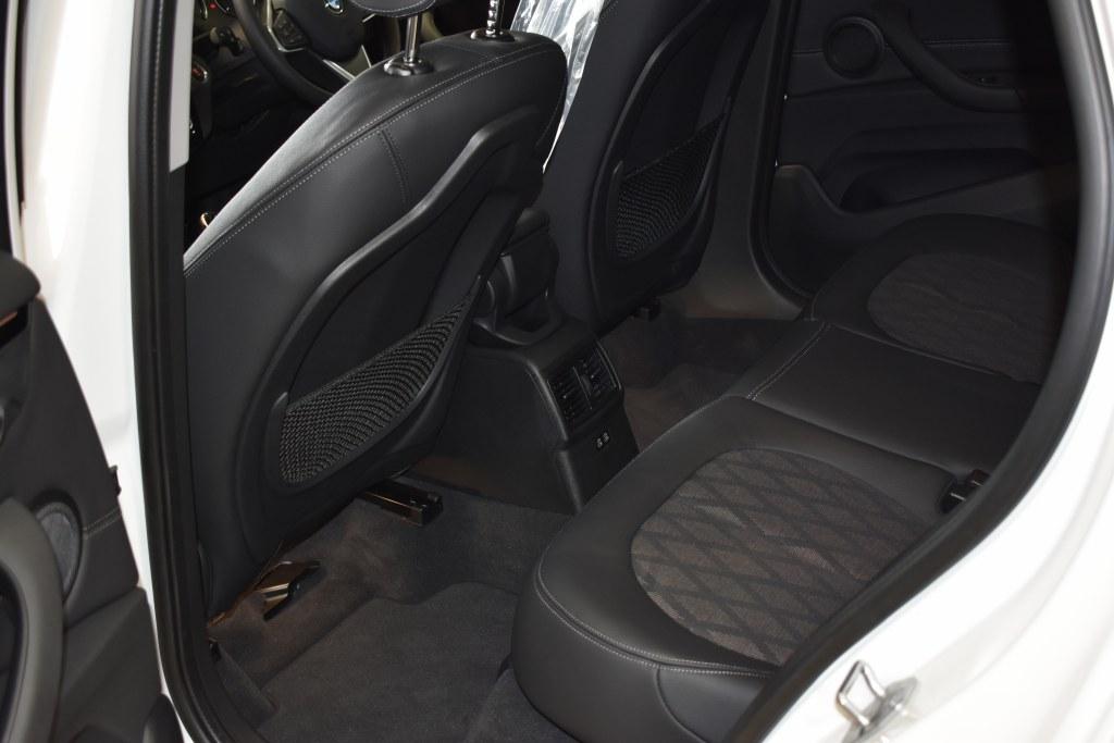BMWX1後部座席