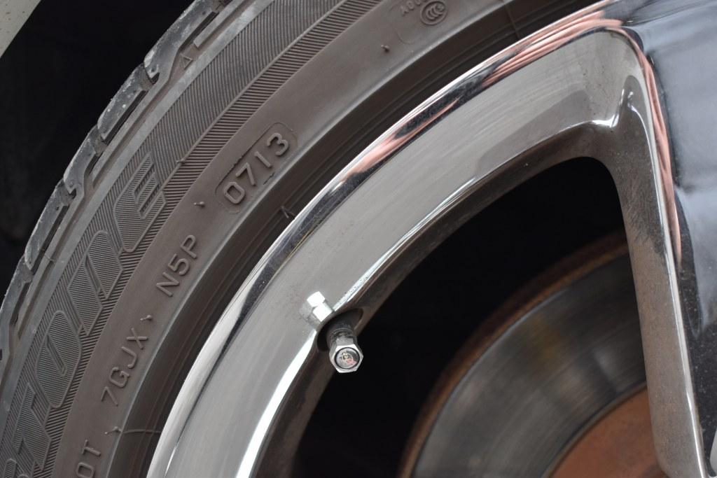茶色いタイヤのアップ画像